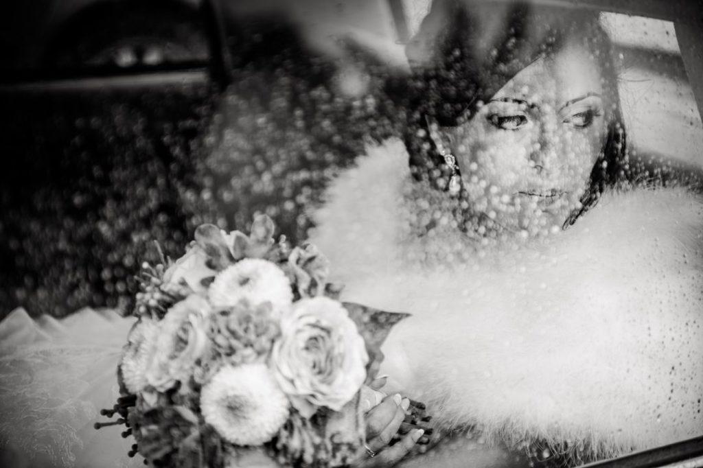 Attente de la mariée sous la pluie