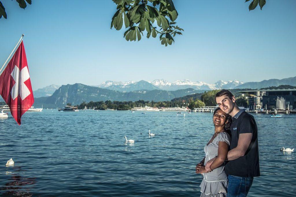 Séance d'engagement en Suisse près d'un lac