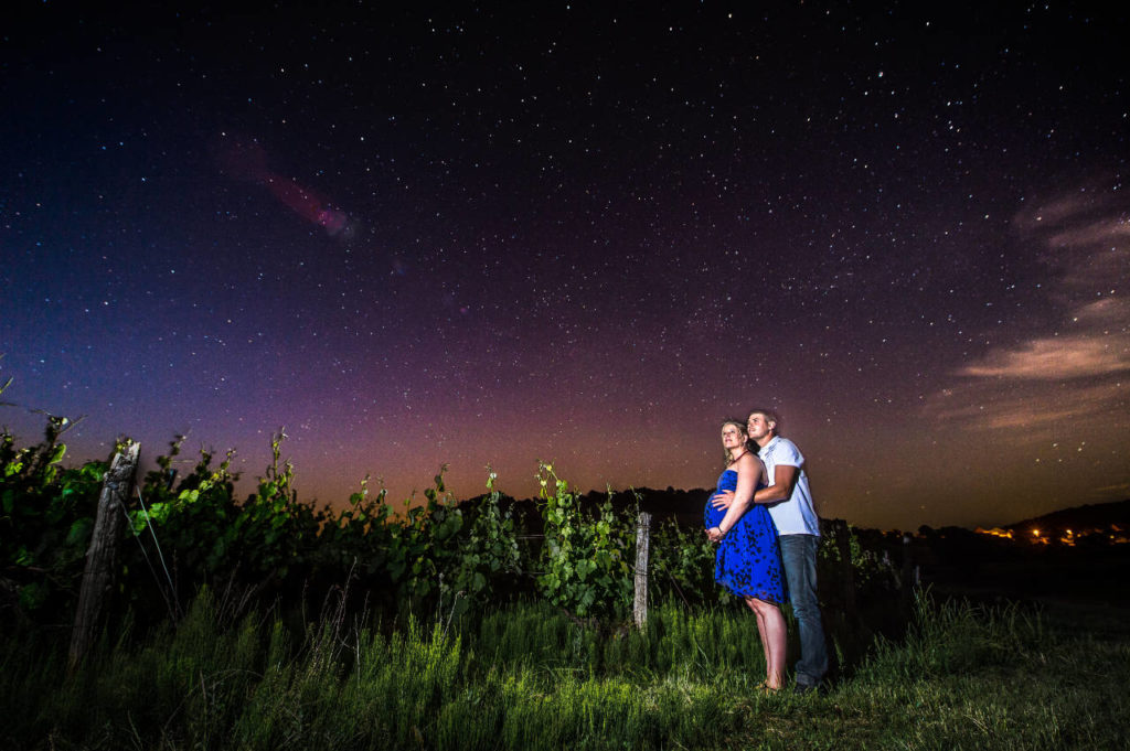 Séance de couple sous un ciel étoilé dans les vignes du Jura